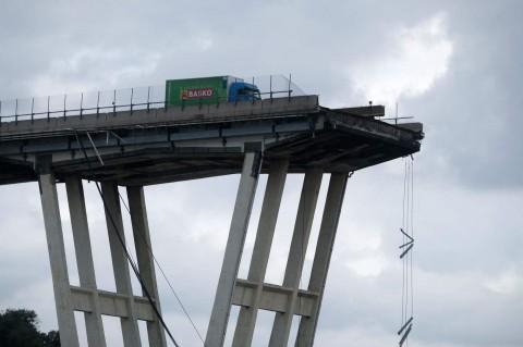 Genova, crolla ponte sull'A10Genova, crolla ponte sull'A10